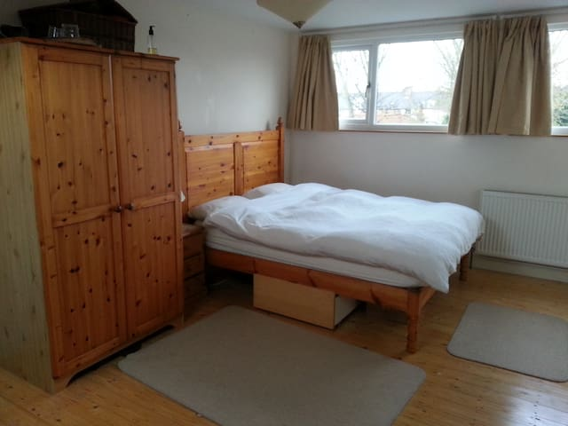 King en-suite nr city/uni. Sleeps 4. Private floor