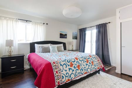 Master Suite One Block From Stanford