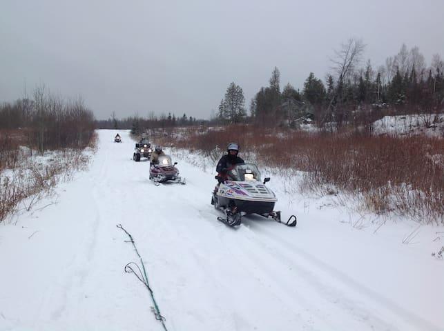 Snowmobiles Paradise at 4 Season Owl Cottage!