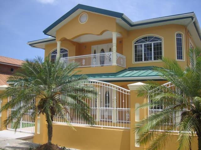 Guest House de Primera en Trinidad - San Fernando - Dům