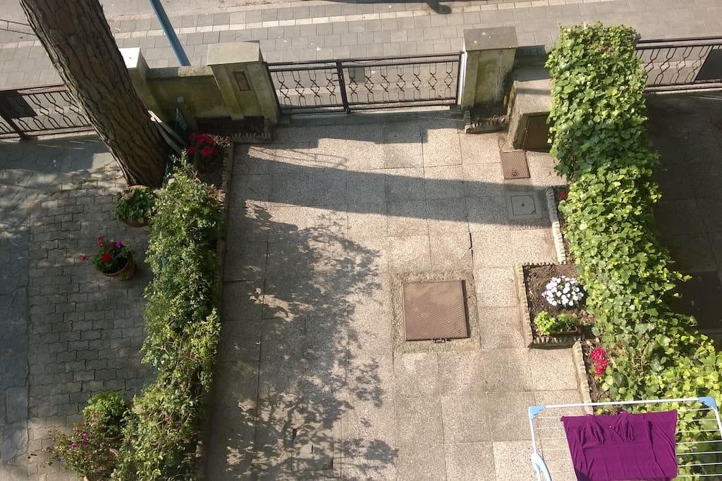 Il cortiletto/giardinetto di ingresso in casa.