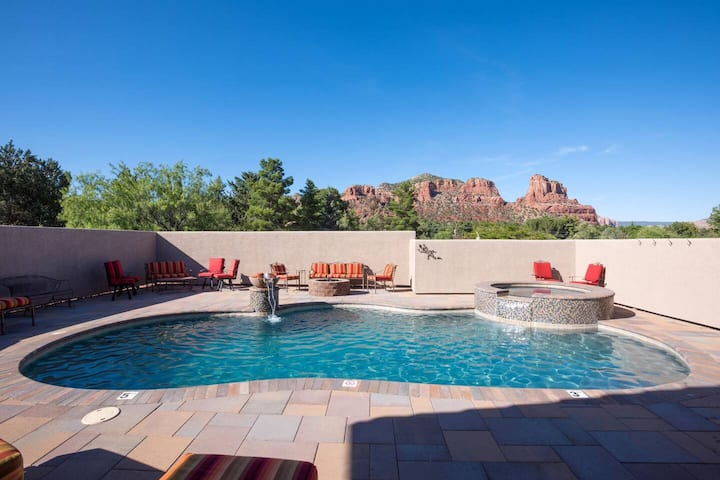 Private Pool/Spa, VIEWS, pool table.Low bed tax 5 min to golf,trails,restaurants