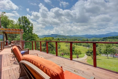 Gorgeous dog-friendly cottage w/stunning mountain views & hot tub