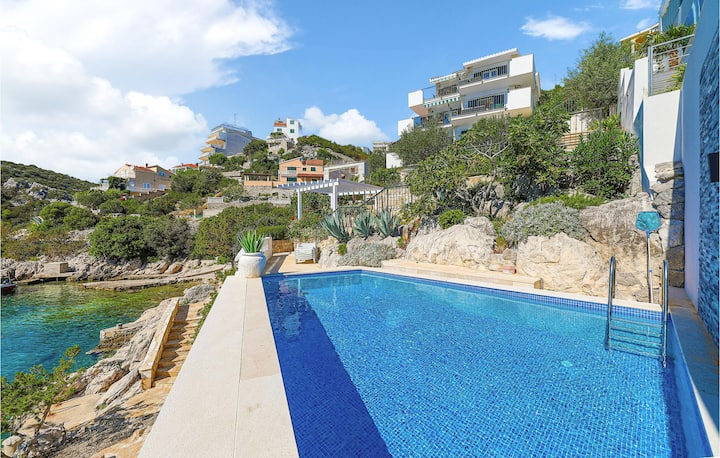 Amazing home in Vinisce with WiFi and 6 Bedrooms