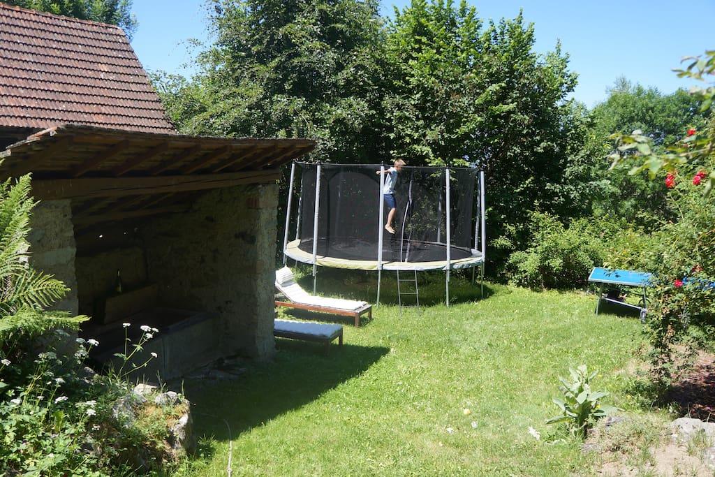 Lavoir, trampolin et table de ping pong