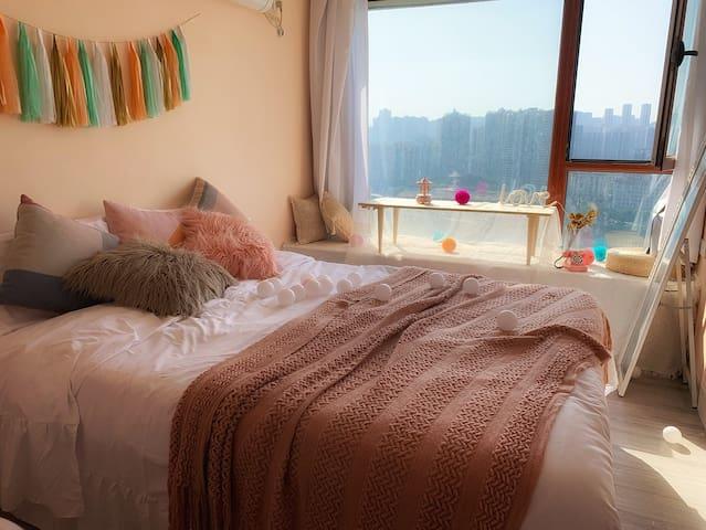 李子坝轻轨穿墙而过网红最佳观景点飘窗超温馨无敌江景带浴缸光线适合拍照大床房有猫咪和法斗