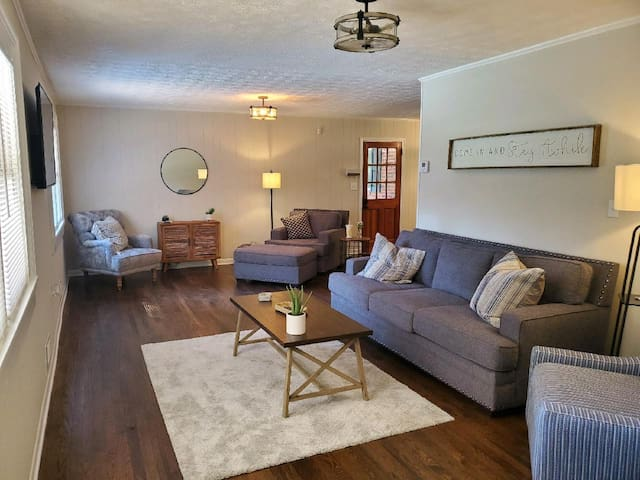 Entire 3 Bedroom house / Pine Valley Place