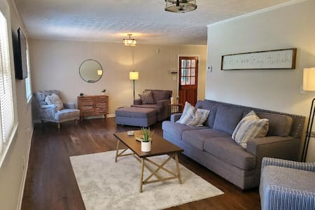 Pine Valley Place / Entire 3 Bedroom house