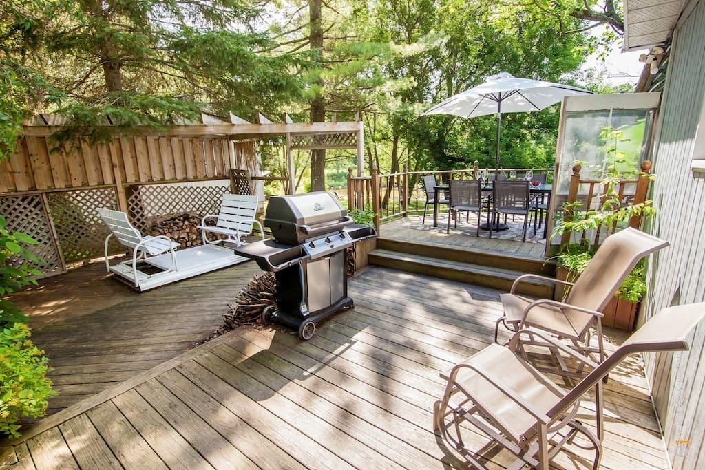 Grande terrasse avec BBQ, balançoire et table pour 6
