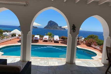 JOY HOUSE, a Paradise in Front of  Es vedrá.