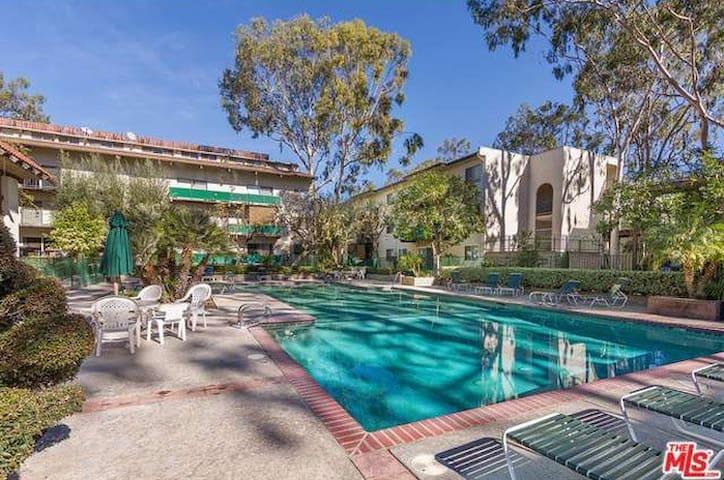 Private Room+Bath in Encino/L.A. Luxury Condo - Los Angeles - Apartment
