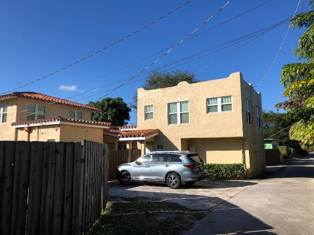Downtown bungalow close to the Action!