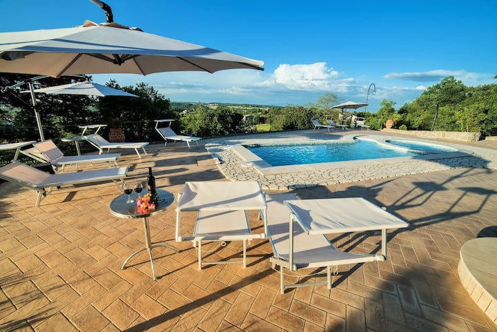 Stunning private villa with hot tub, private pool, WIFI, A/C, TV, patio, panoramic view and parking