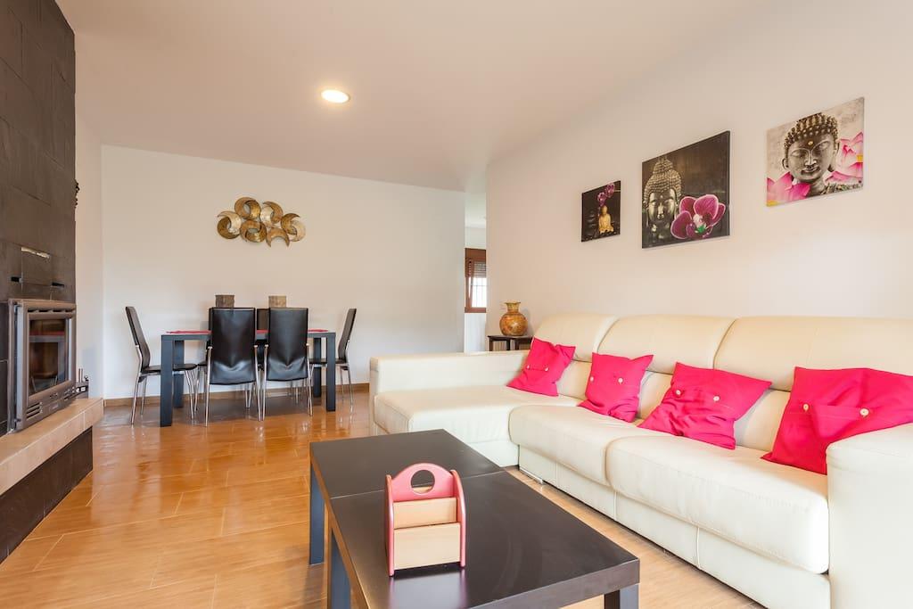 Salón con sofá chaise-longue de piel ideal para relajarse y desconectar.