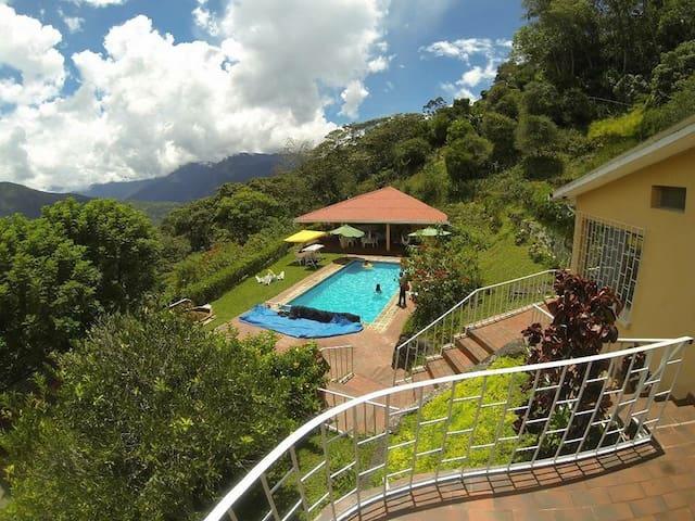 La Negrita, casa con piscina atemperada Coroico