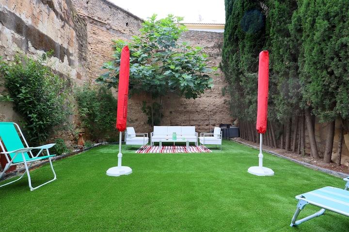 Apartamento con patio y jardín amurallado, parking