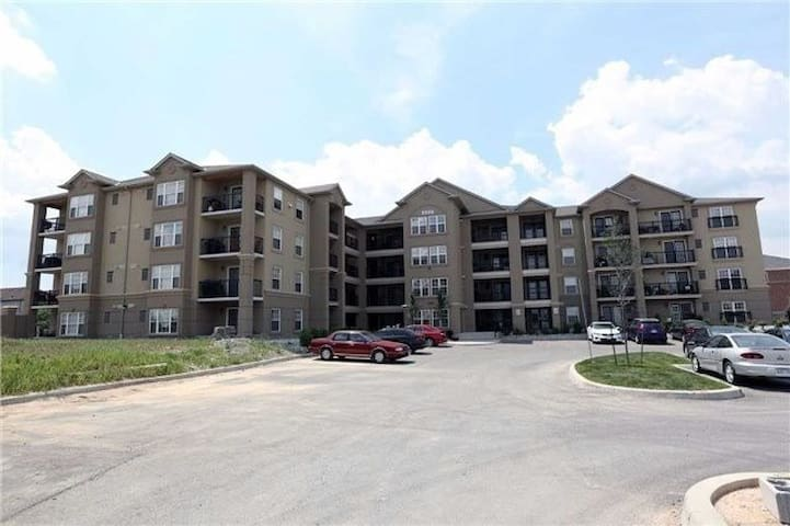 3 bedroom 2 wshrm ground level apartment-Milton