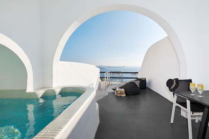 Honeymoon Suite with outdoor heated private Jacuzzi