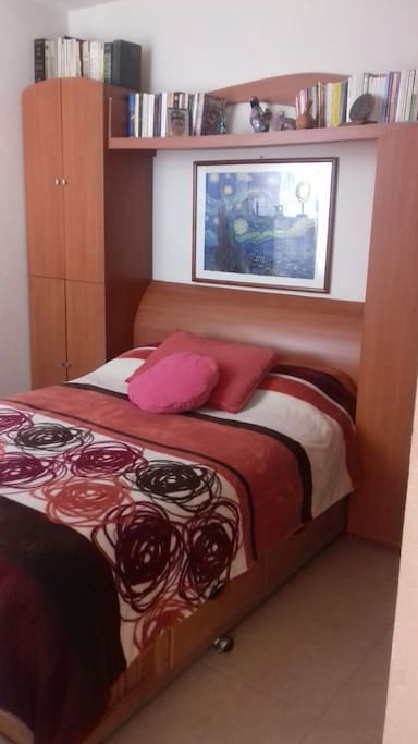 Cómoda habitación con cama matrimonial