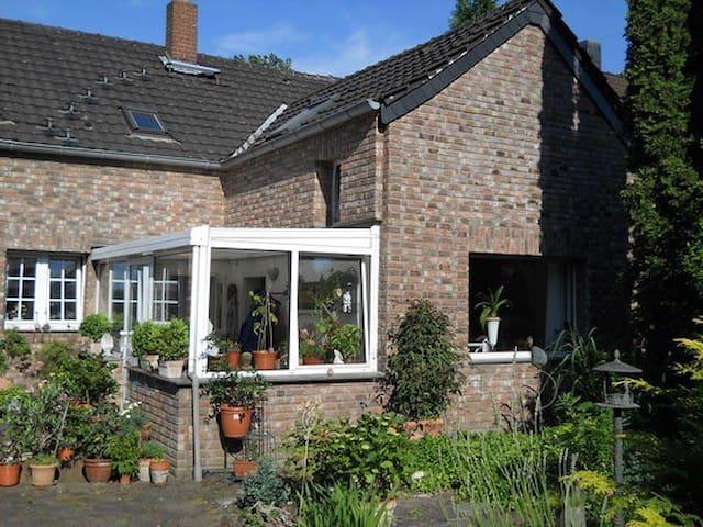 Gemütliches Zimmer mit eigenem Bad - Moers - House