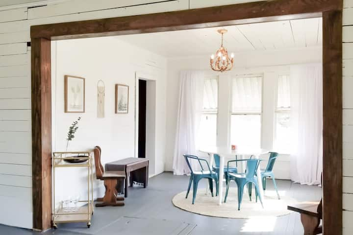 The HillsBurrow | Bright & Charming Upstairs Suite