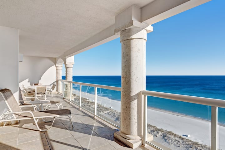 Luxury beachfront condo with amazing view & shared pool, hot tub, gym!