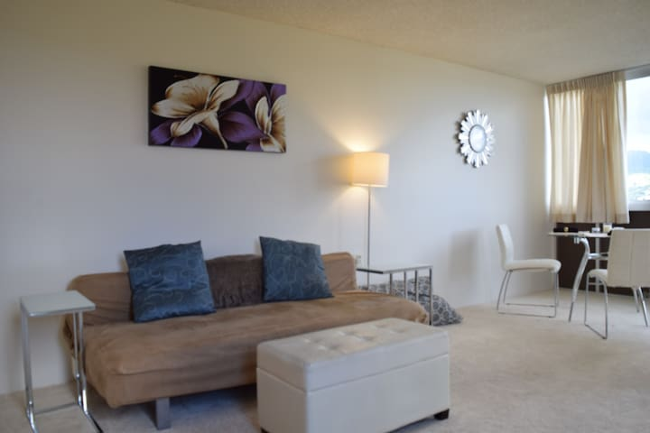 STUNNING VIEWS! LARGE 1BR, QUIET near BEACH &GOLF! - Honolulu - Lejlighedskompleks