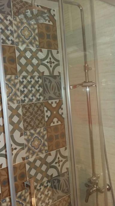 Baño completo con ducha y aseo