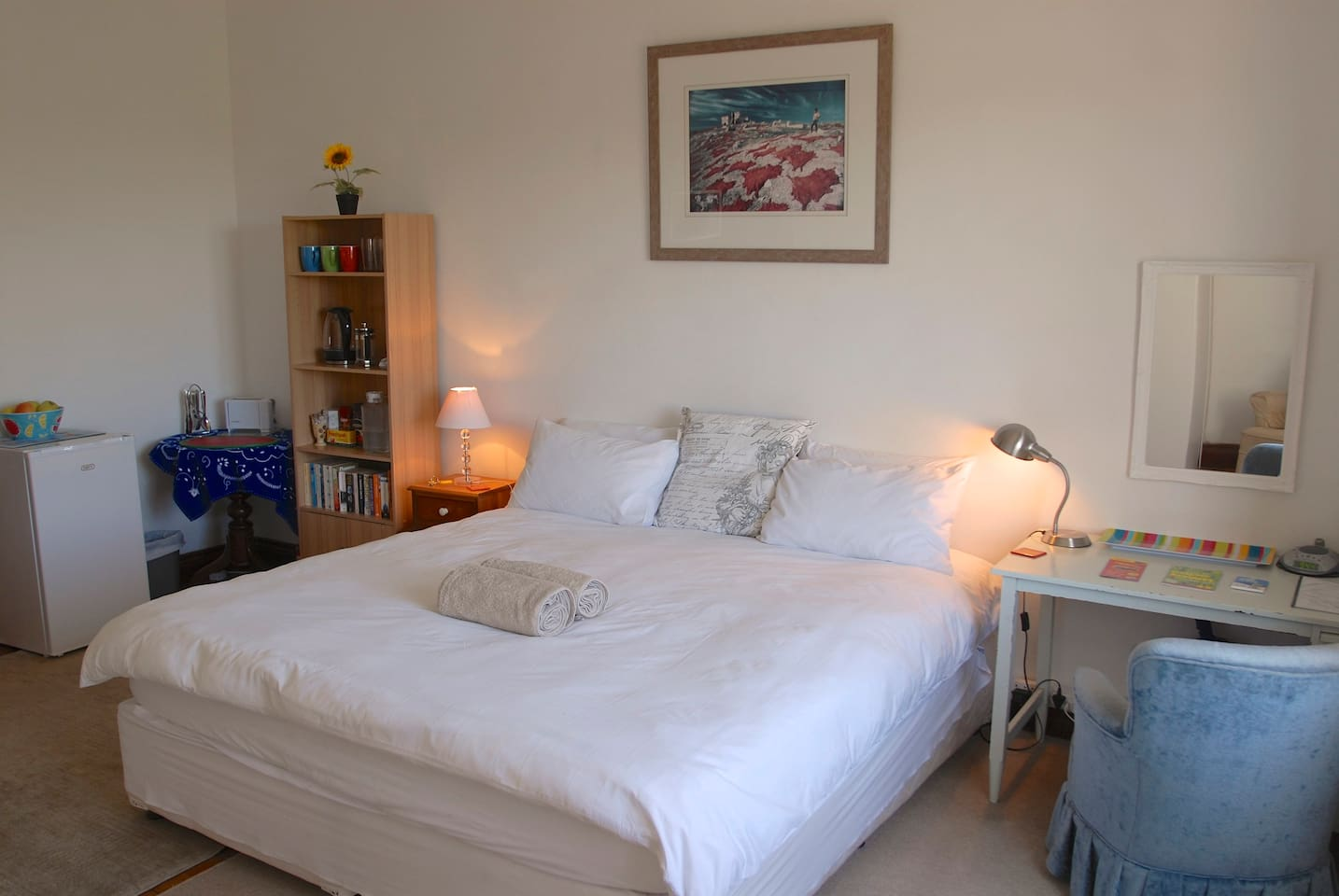 SPECIAL 30% DISCOUNT !! - Fully equipped, private, cosy, fridge, kettle, toaster, hair dryer, iron, fibre internet, desk, plates, cups, glasses, coffee, tea, utensils, many cupboards, armchairs, books to read, table and a view ... your home from home