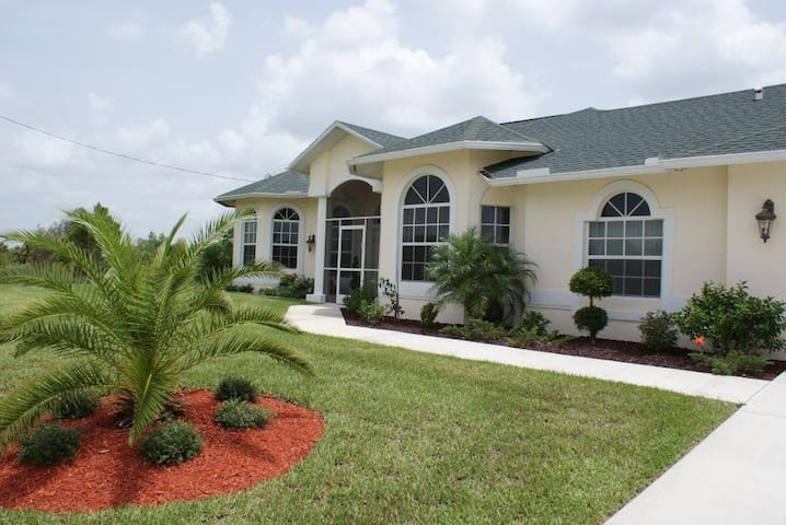 Beautiful 3-bedroom home, right on the golf course - Lehigh Acres - Bungaló