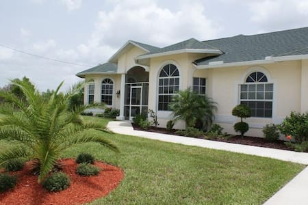 Beautiful 3-bedroom home, right on the golf course - Lehigh Acres - Bungalov