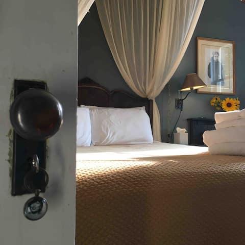 Zora Room at the Gilded Drifter Inn Loyalton
