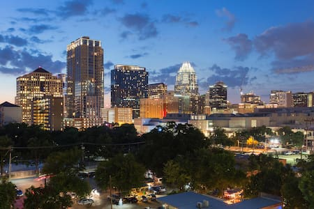 View overlooking Rainey St- close to Conv. Ctr - Austin - Apartment