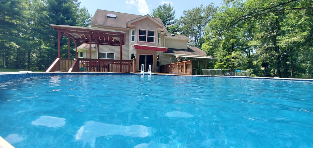 # 10 Acres, Secluded, Sauna. Pool. Pond.  Hot tub