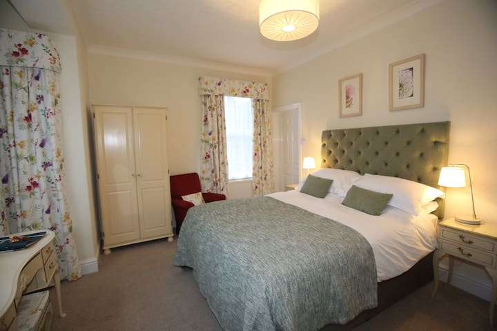 King Room with ensuite bath and shower