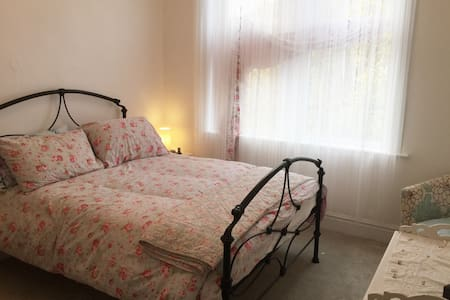 Comfy  double bedroom in leafy suburb
