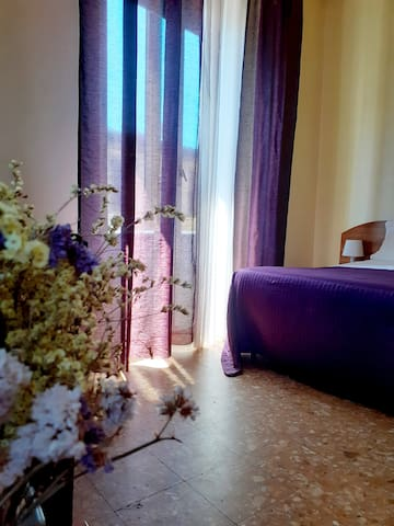 Camera privata con balcone e bagno condiviso