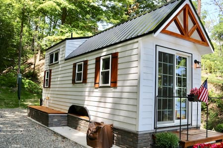 Shalestone Landing (Lakeside Tiny House)