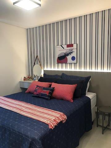 Quarto suite de casal, muito bem decorado e iluminado com led. Tv smart 36 polegadas, ar condicionado e guarda roupas.