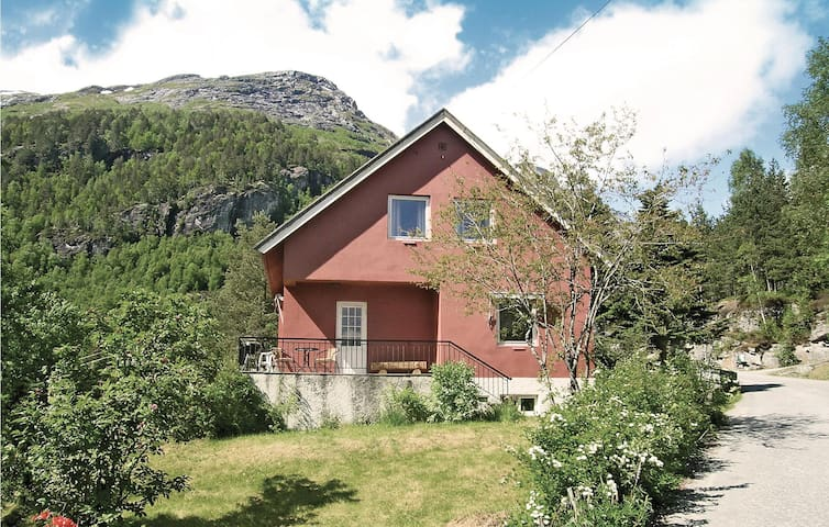 Holiday cottage with 3 bedrooms on 98 m² in Hellesylt