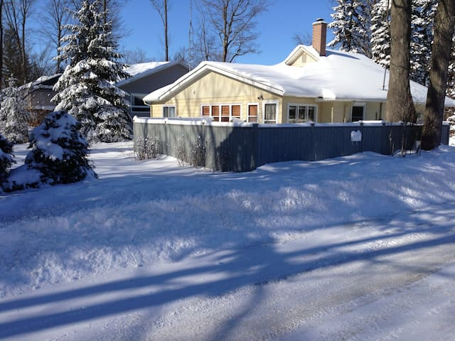 4Bdrm- Charming Lake Simcoe Cottage Steps to Water - Innisfil - Kabin