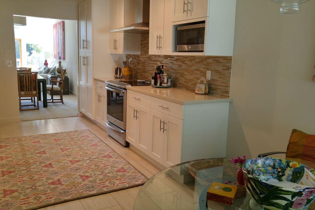 kitchen w/ eating area