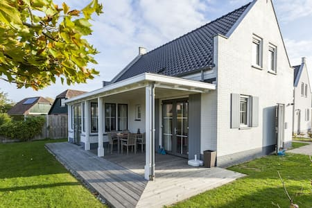 Detached Holiday Home in Wolphaartsdijk with a Small Park