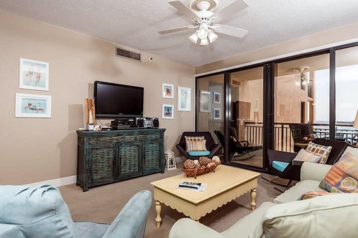 4th Floor Spacious Condo w/ Beach Service Included, Near Dining
