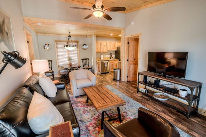 Quintessential mountian cabin awaits!  This home is ready for you to come and start relaxing with family and friends!