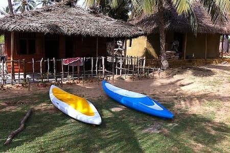 Dinuda KiteSurfing Resort Full Board Wooden Cabana - Kalpitiya - กระท่อม