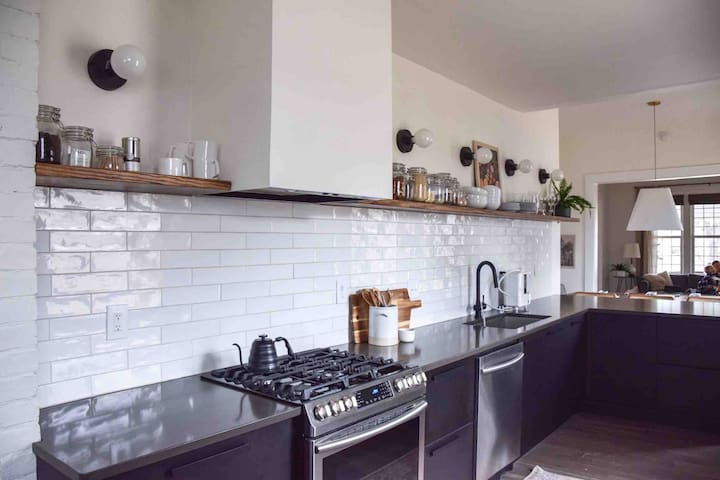 Blissful Bungalow: Downtown Renovated Open-Concept