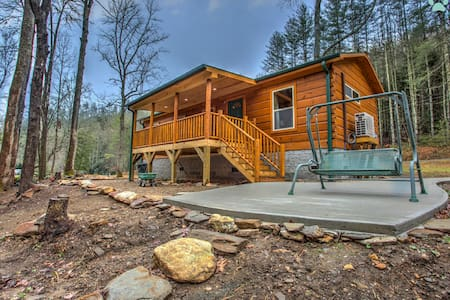 Creekside-Simple Cabin Luxury, Spectacular stay on the River-Close to Brevard - Pisgah Forest