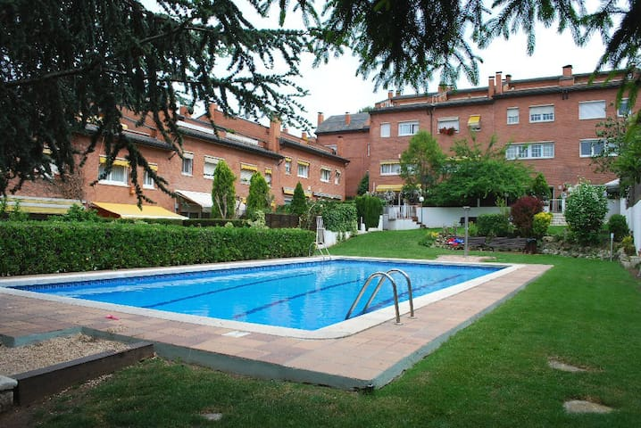 Spacious room in residential area - Sant Cugat del Vallès - Casa