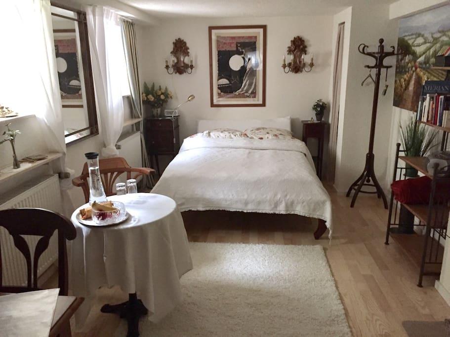 Hochwertige Ausstattung mit Massivholzbett 140x200, Echtholzparkettboden, Antiquitäten und weitere Annehmlichkeiten